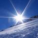 Soleil au dessus de la montagne enneigée
